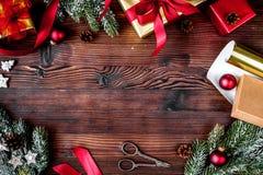 Las cajas de regalos con el abeto ramifican en la opinión superior del fondo de madera Imagen de archivo libre de regalías