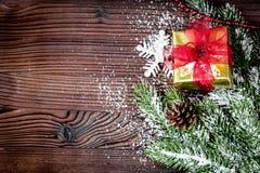 Las cajas de regalos con el abeto ramifican en la opinión superior del fondo de madera Imagenes de archivo