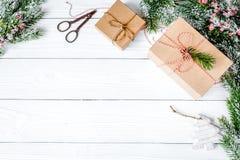 Las cajas de regalos con el abeto ramifican en la opinión superior del fondo de madera Fotos de archivo