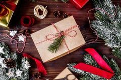 Las cajas de regalos con el abeto ramifican en la opinión superior del fondo de madera Fotografía de archivo