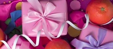 Las cajas decorativas de la composición tres de la bandera con la cinta de satén de los regalos arquean la fiesta de cumpleaños d fotografía de archivo libre de regalías