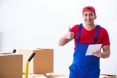 Las cajas móviles del trabajador del contratista durante oficina se mueven Fotografía de archivo libre de regalías