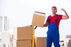 Las cajas móviles del trabajador del contratista durante oficina se mueven Imagenes de archivo