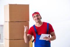 Las cajas móviles del trabajador del contratista durante oficina se mueven Fotos de archivo libres de regalías
