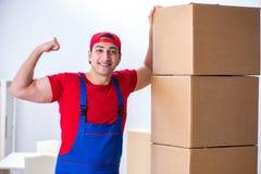 Las cajas móviles del trabajador del contratista durante oficina se mueven Fotografía de archivo
