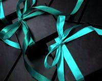 Las cajas negras para los regalos que embalan con turquesa arquean Imagen de archivo libre de regalías
