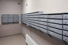 Las cajas para las letras están en pasillo de un edificio de apartamentos Foto de archivo