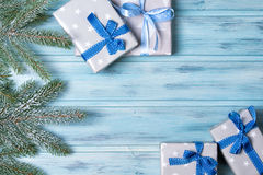 Las cajas y el abeto de regalo de la Navidad ramifican con la nieve, fondo de madera, visión superior imagen de archivo libre de regalías
