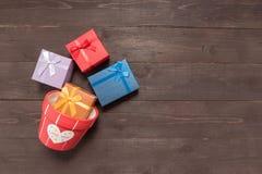Las cajas y la maceta de regalo están en el fondo de madera con el empt Imágenes de archivo libres de regalías