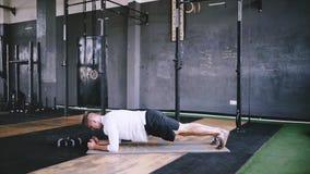 Las calisténica y ejercicios de la mañana en el gimnasio almacen de video