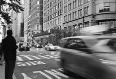 Las calles blancos y negros de New York City trafican los coches gente de la hora punta foto de archivo libre de regalías