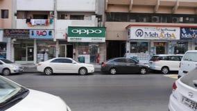 Las calles de Dubai viejo: en el encintado muchos coches parqueados, transeúntes van en la acera Cuarto residencial metrajes