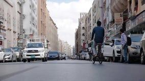 Las calles de Dubai viejo Tráfico de coche Coches parqueados en el encintado Cámara lenta metrajes