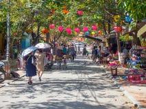 Las calles de la ciudad antigua de Hoi An en Vietnam central, las casas viejas y las linternas de diversos colores, calles muy tr Fotografía de archivo libre de regalías