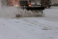 Las calles de la ciudad de la limpieza del camión del removedor de la nieve en nieve asaltan Foto de archivo libre de regalías