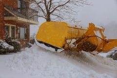 Las calles de la ciudad de la limpieza del camión del removedor de la nieve en nieve asaltan Fotografía de archivo libre de regalías