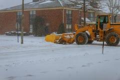 Las calles de la ciudad de la limpieza del camión del removedor de la nieve en nieve asaltan Imagen de archivo libre de regalías