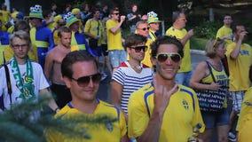 Las calles de la ciudad llenaron de los admiradores del fútbol en los sombreros divertidos, partidarios suecos almacen de video