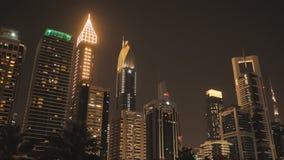 Las calles de la ciudad de la noche y de los rascacielos de Dubai almacen de video