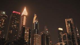 Las calles de la ciudad de la noche y de los rascacielos de Dubai almacen de metraje de vídeo