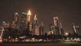 Las calles de la ciudad de la noche y de los rascacielos de Dubai metrajes