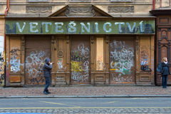 Las calles de Praga vieja. Edificio abandonado viejo. Foto de archivo