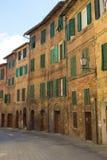 Las calles de Siena con las casas tradicionales con la ventana shutters fotos de archivo