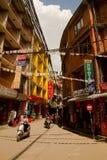 Las calles del área que hace excursionismo de Thamel, Katmandu, Nepal Foto de archivo