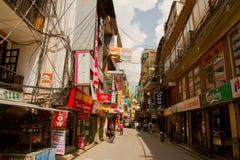 Las calles del área que hace excursionismo de Thamel, Katmandu, Nepal Fotografía de archivo libre de regalías