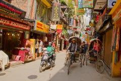 Las calles del área que hace excursionismo de Thamel, Katmandu, Nepal Imágenes de archivo libres de regalías