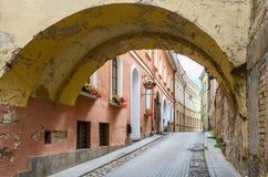 Las calles estrechas de la ciudad vieja, Vilna, Lituania Fotos de archivo libres de regalías