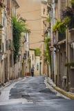 Las calles estrechas de Pezenas en Francia meridional le hacen un pueblo encantador Fotos de archivo libres de regalías