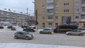 Las calles muy transitadas de una pequeña ciudad almacen de video