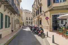 Las calles pintorescas de Mahon en España Foto de archivo libre de regalías