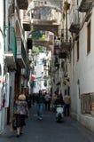Las calles pobladas por la población de Amalfi en el Amalfi costean Fotografía de archivo libre de regalías