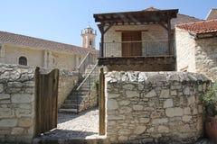 Las calles viejas de la bobina del pueblo chipriota auténtico Foto de archivo