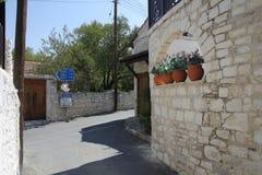 Las calles viejas de la bobina del pueblo chipriota auténtico Fotografía de archivo