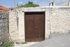 Las calles viejas de la bobina del pueblo chipriota auténtico Imagen de archivo libre de regalías