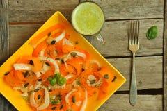 Las calorías bajas adietan con la ensalada fresca, del vegano y el zumo de fruta crudos Imagen de archivo libre de regalías