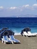 Las camas acercan al mar azul foto de archivo libre de regalías