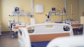 Las camas y el equipamiento médico están en un sitio en un hospital 4K almacen de metraje de vídeo