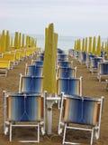 Las camas y los paraguas de Sun se cerraron en una playa 2 Foto de archivo libre de regalías