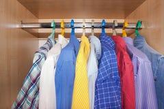 Las camisas de los hombres en el armario Foto de archivo libre de regalías