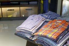 Las camisas del hombre imagen de archivo