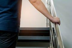 Las camisas del ` s de los hombres son escaleras azules Fotos de archivo libres de regalías