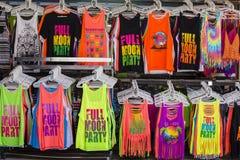 Las camisetas coloridas vendidas en la tienda de la calle durante la Luna Llena van de fiesta Isla Koh Phangan, Tailandia imagen de archivo libre de regalías