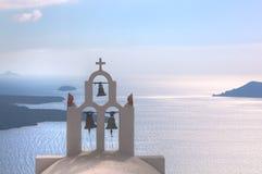 Las campanas tradicionales y cruzan encima el Mar Egeo Santorini Grecia imágenes de archivo libres de regalías