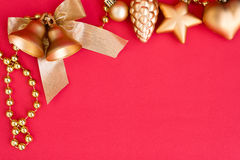 Las campanas y la cinta de la Navidad del oro arquean la decoración del ornamento Imágenes de archivo libres de regalías