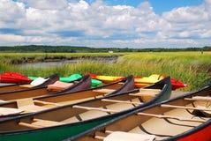 Las canoas aguardan Fotos de archivo