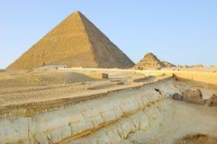 Las capas geológicas acercan a las pirámides de Giza Imagen de archivo